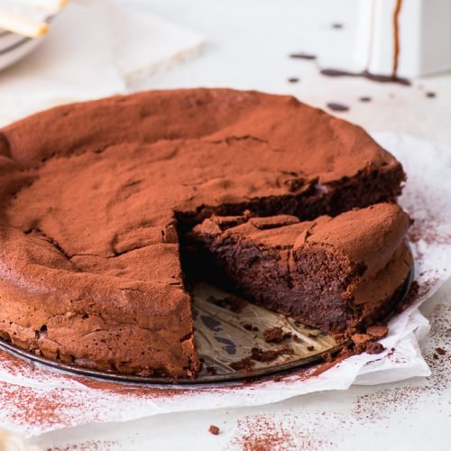 6-Ingredient Flourless Chocolate Cake (Gluten Free) - This flourless chocolate cake is every chocolate lover's dream come true. It's fudgy and chocolatey and basically tastes like a mix between a truffle and chocolate mousse. That is, it's pretty much chocolate perfection – and super easy to make as well! Chocolate cake recipe. Gluten free cake. Gluten free desserts. Chocolate desserts. Easy dessert recipes. Grain free cake. Grain free recipes. Low carb desserts. #chocolatecake #dessertrecipes
